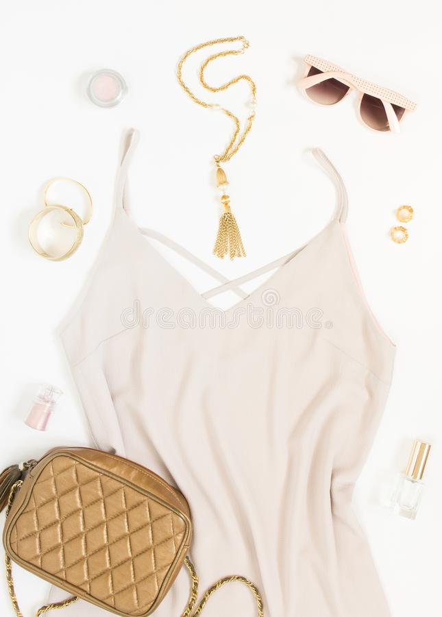 Piękno blogu pojęcie Kobieta strój Różowa suknia, różowi okulary przeciwsłoneczni, złocista crossbody torba, bransoletki, kolia,  zdjęcie royalty free