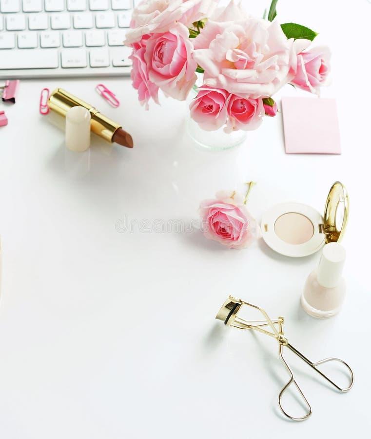 Piękno blogu pojęcie Kobieta uzupełniał akcesoria i róże obrazy stock