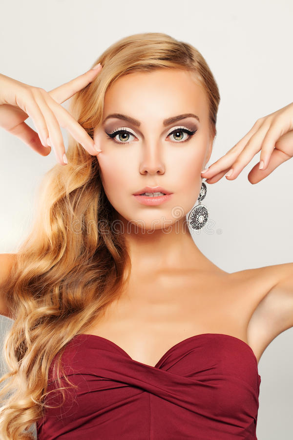 piękno Blond Kędzierzawego włosy kobieta z Makeup obraz stock