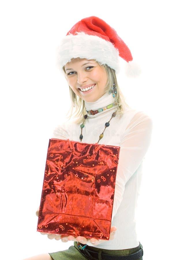 Piękno blondynki dziewczyna w Santa nakrętce z boże narodzenie prezentem obraz stock