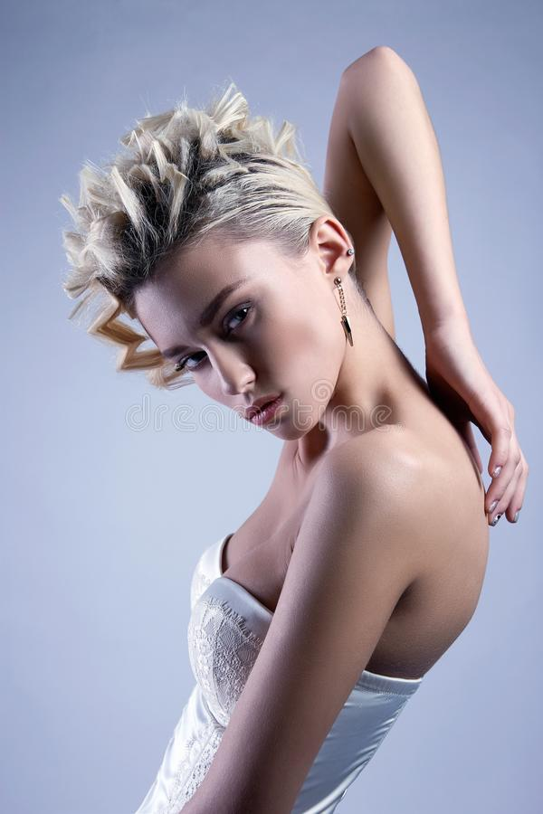 Piękno blondynki dziewczyna z falistą fryzurą obrazy stock
