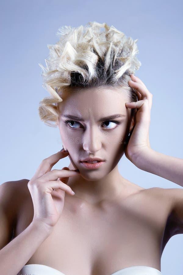 Piękno blondynki dziewczyna z falistą fryzurą zdjęcie stock