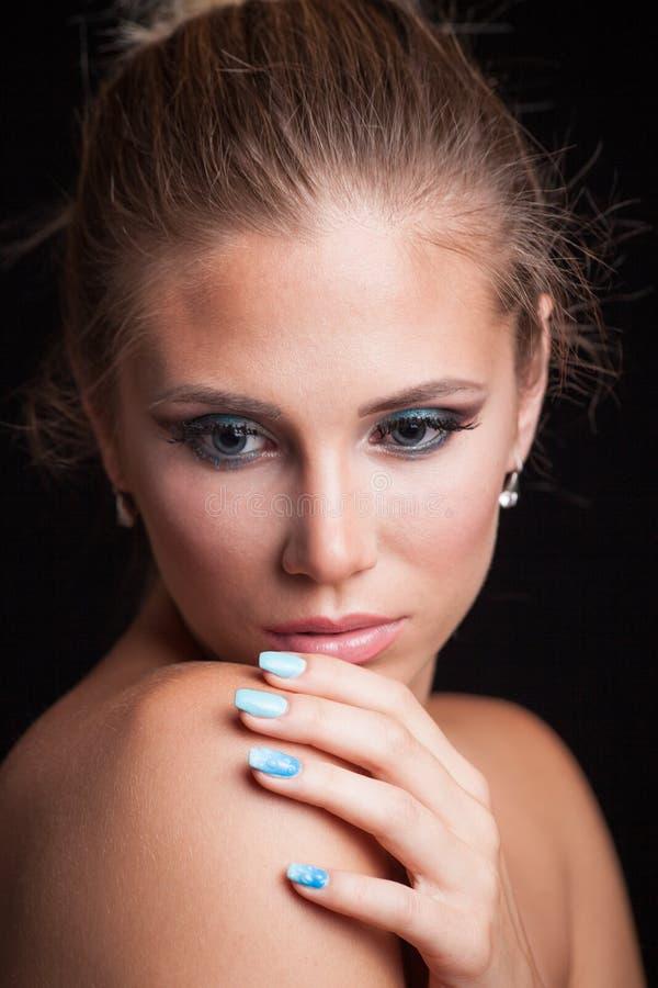 Piękno blondynki kobiety portreta młodzi niebieskie oczy włosiani w babeczce fotografia stock