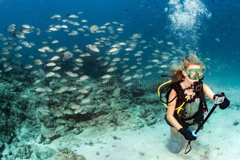 Piękno blondynki nurek bierze selfie podwodnego fotografia stock