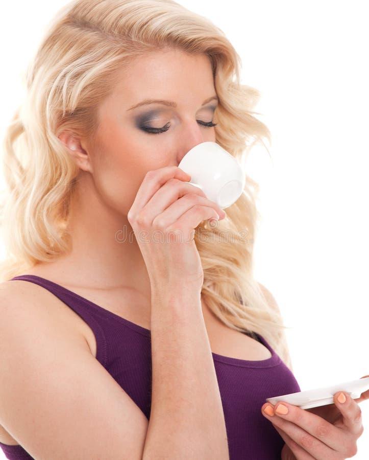 Piękno blondynu dziewczyna pije kawę zdjęcia stock