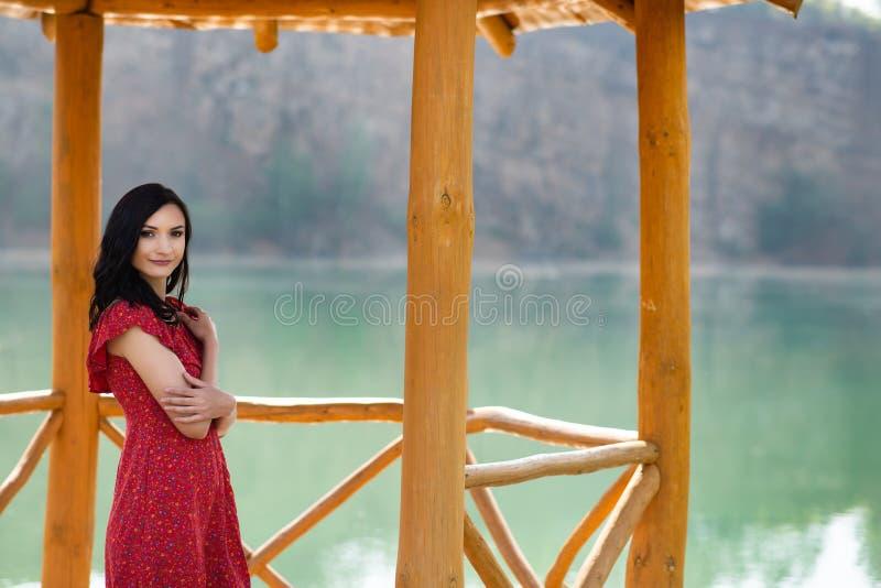 Piękno brunetki kobieta w czerwonej sukni zdjęcie royalty free