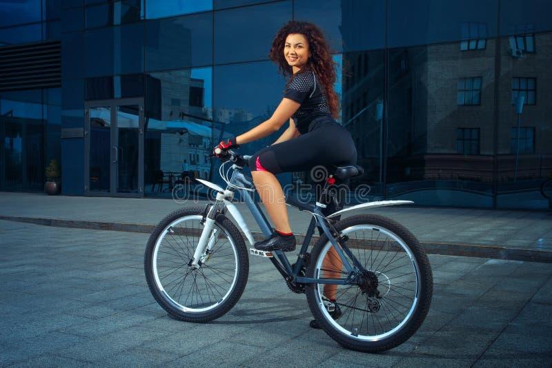 Piękno brunetki kobieta z bicyklem outdoors zdjęcia stock