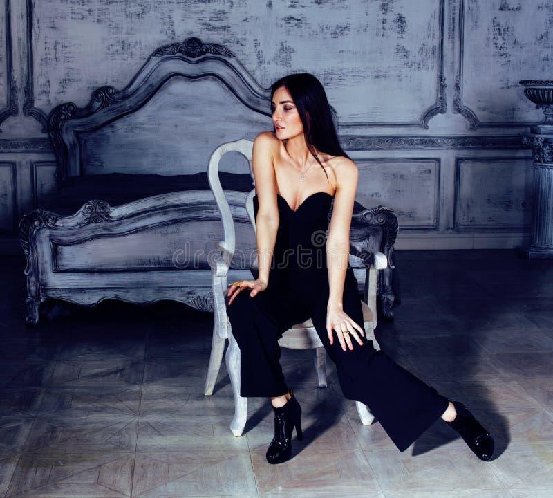 Piękno brunetki młoda kobieta w luksusu domu wnętrzu, czarodziejski bedro obrazy stock