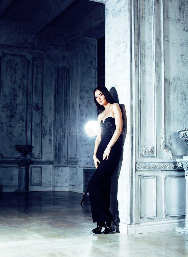 Piękno brunetki młoda kobieta w luksusu domu wnętrzu, czarodziejski bedro zdjęcie royalty free