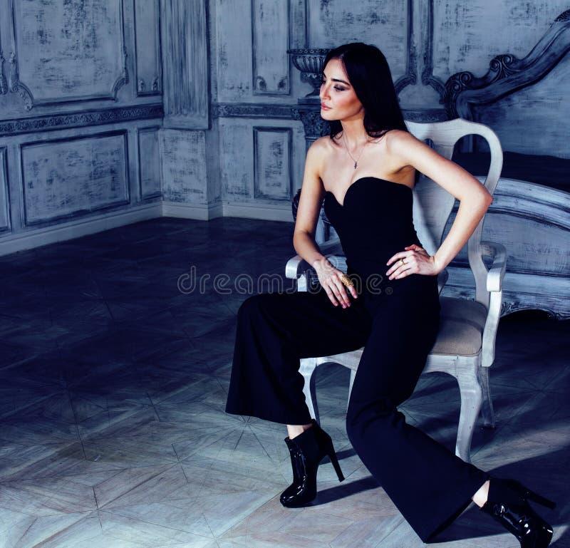 Piękno brunetki młoda kobieta w luksusu domu wnętrzu, czarodziejski bedro zdjęcia stock