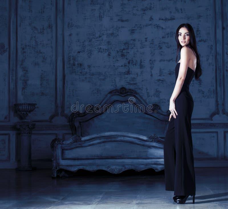 Piękno brunetki młoda kobieta w luksusu domu wnętrzu, czarodziejskiej sypialni popielaty elegancki jaskrawy obrazy stock
