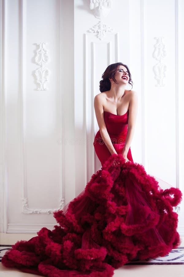 Piękno brunetki modela kobieta w wieczór czerwieni sukni zdjęcia royalty free