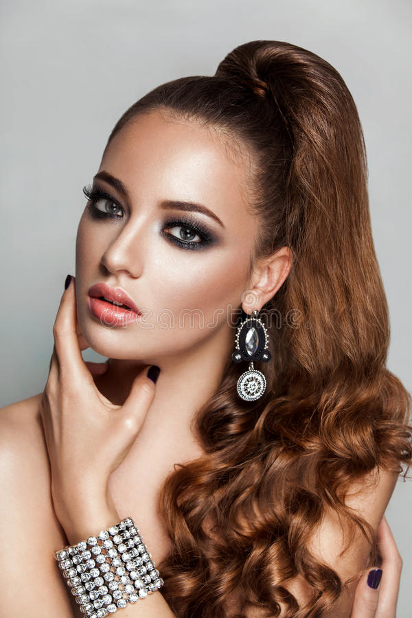 Piękno brunetki mody modela dziewczyna z długim zdrowym kędzierzawym brown włosianym ponytail zdjęcie royalty free