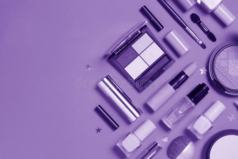 Piękno, dekoracyjni kosmetyki Pozafioletowy Makeup szczotkuje setu i koloru eyeshadow paletę, mieszkanie nieatutowy, odgórny wido obrazy stock