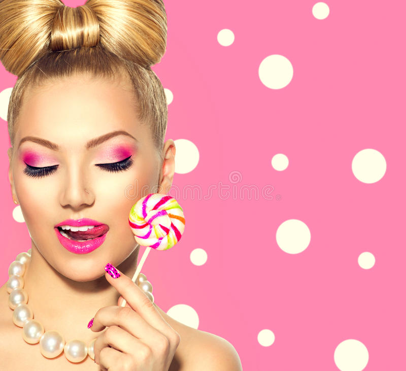 Piękno dziewczyna je colourful lizaka zdjęcia stock