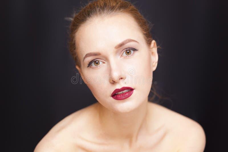 Piękno dziewczyna na ciemnym tle zdjęcie royalty free