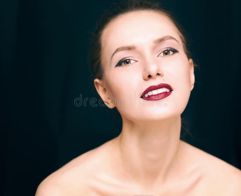 Piękno dziewczyna na ciemnym tle fotografia stock