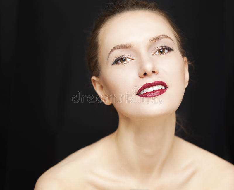 Piękno dziewczyna na ciemnym tle zdjęcia stock
