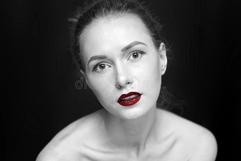 Piękno dziewczyna na tle, pojęcie kolorze, czerni, bielu i czerwieni ciemnych, zdjęcie royalty free