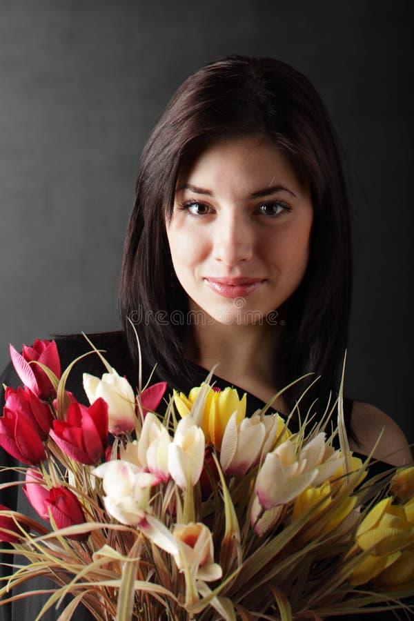 Piękno dziewczyna z flowes zdjęcie royalty free