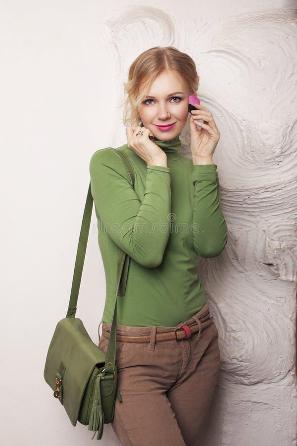 Piękno dziewczyna z Makeup muśnięciami. obraz stock