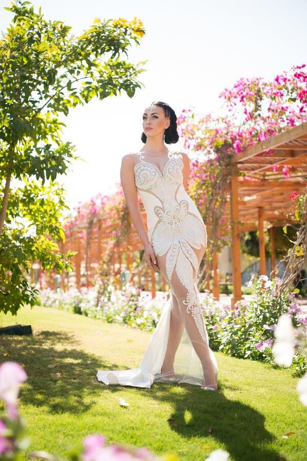 Piękno dziewczyna z splendoru makeup i spojrzeniem Zmysłowa kobieta w białej ślubnej sukni z perełkowymi koralikami Kobieta z biż obrazy stock