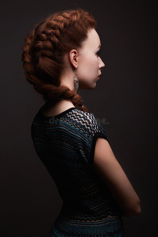 Piękno dziewczyna z warkocz fryzurą zdjęcie royalty free