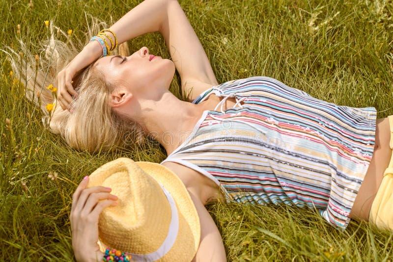 Piękno figlarnie kobieta relaksuje, uprawia ogródek, zaludnia, plenerowego zdjęcia royalty free