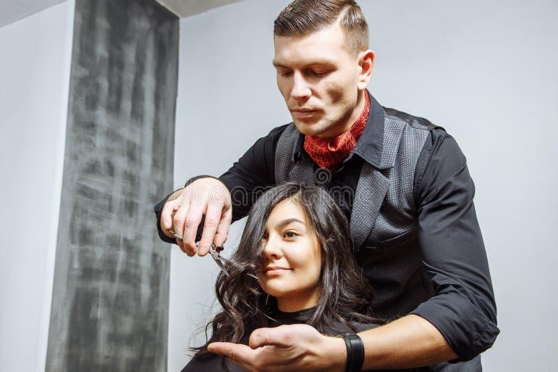 Piękno, fryzura i ludzie pojęć, - szczęśliwa młoda kobieta i fryzjera włosy tnące porady przy salonem obrazy royalty free