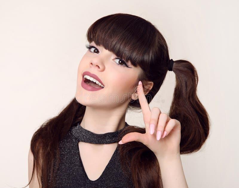 Piękno fryzura i Szczęśliwa brunetki nastoletnia dziewczyna sm zdjęcia royalty free