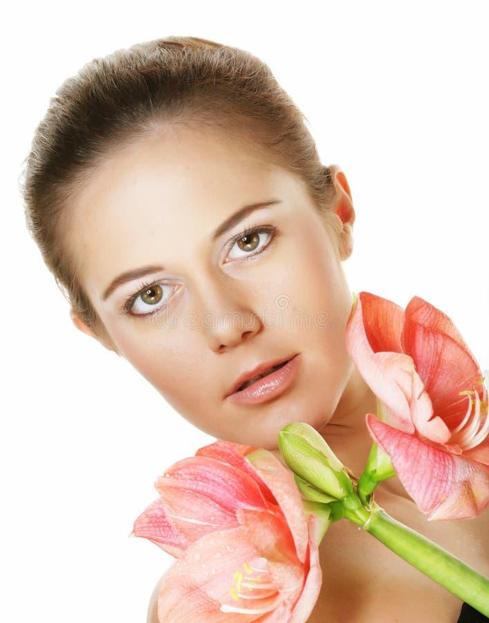 Piękno i mody pojęcie: młoda piękna kobieta z dużymi różowymi kwiatami fotografia stock