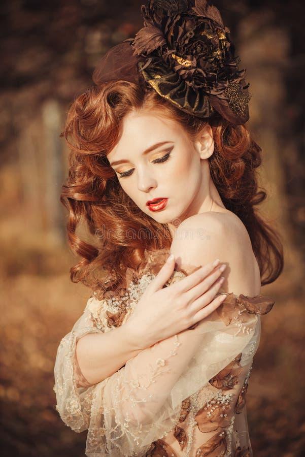 Piękno jesieni kobieta na zmierzchu zdjęcia royalty free