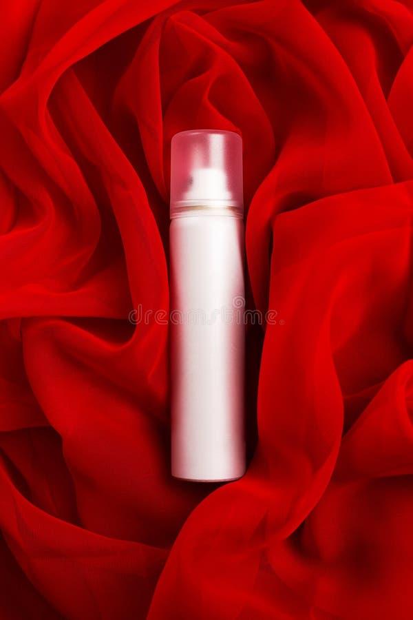 Piękno kiść nad czerwonym sukiennym tłem (aerosol) obraz stock