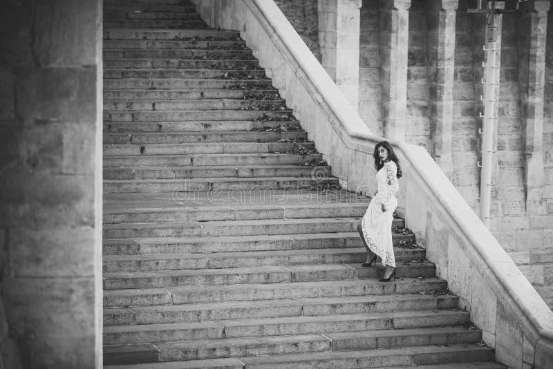 Piękno kobieta z długie włosy na schodowych krokach Piękno dziewczyna z splendoru spojrzeniem obraz stock