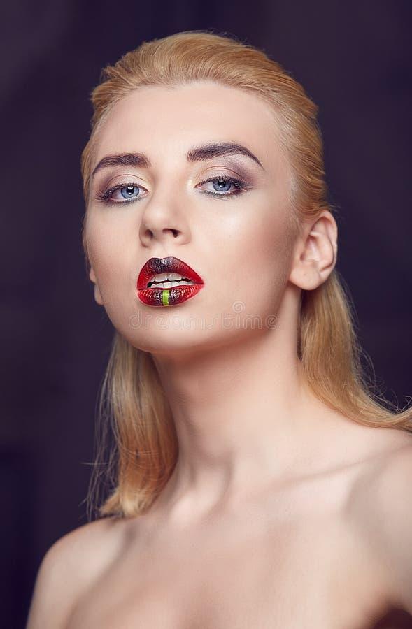 Piękno kobieta z kreatywnie uzupełniał czerwone tłuściuchne wargi obraz stock