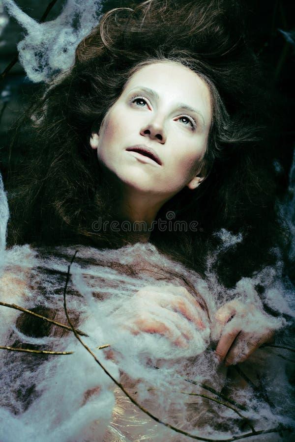 Piękno kobieta z kreatywnie uzupełniał jak kokon, Halloween celebra fotografia stock