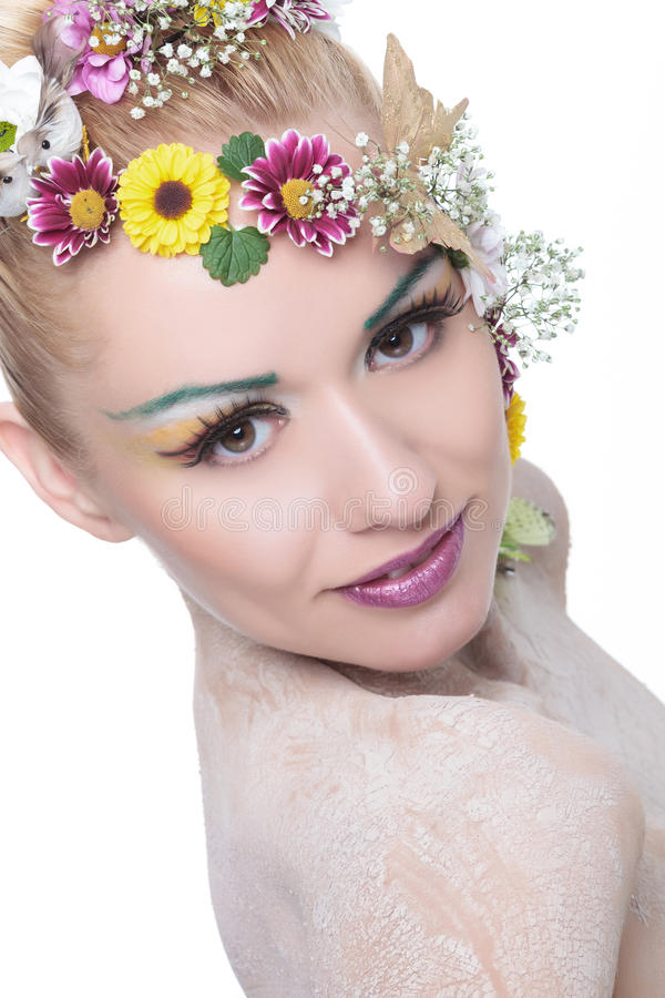 Piękno kobieta z kwiatami w włosów spojrzeniach przy tobą fotografia royalty free