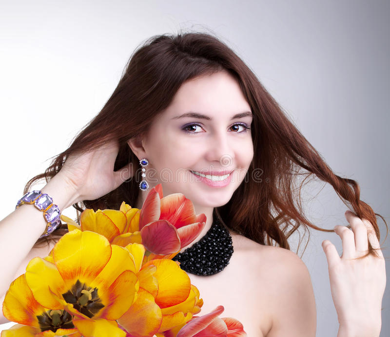Piękno kobieta z kwiatem zdjęcia royalty free