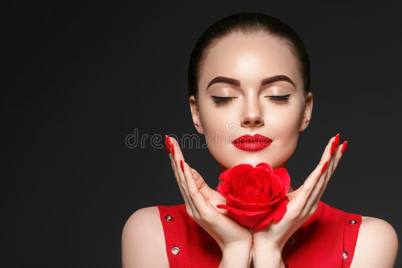 Piękno kobieta z róża kwiatu pięknym kędzierzawym włosy i wargami obraz royalty free