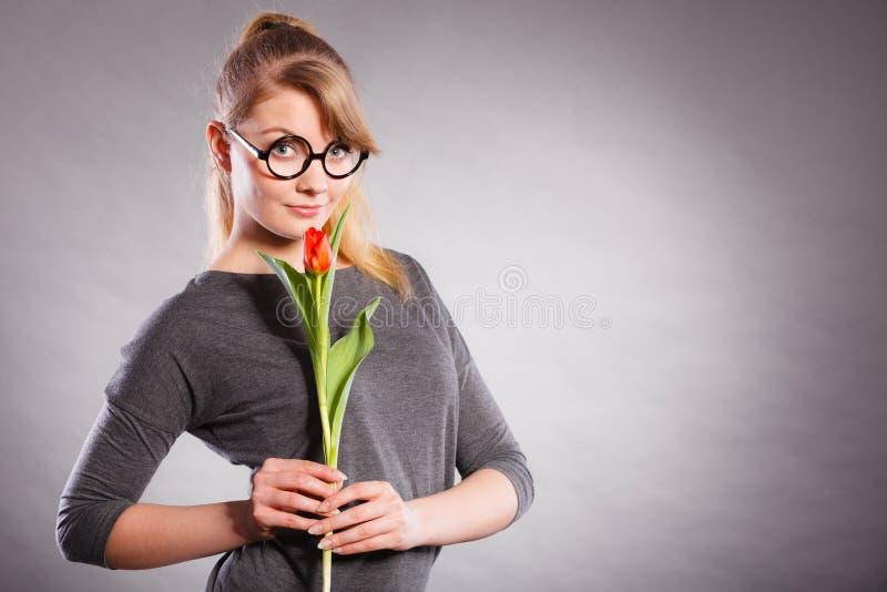 Piękno kobieta z tulipanowym kwiatem zdjęcia stock