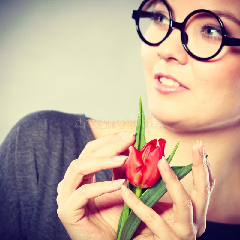 Piękno kobieta z tulipanowym kwiatem obrazy royalty free