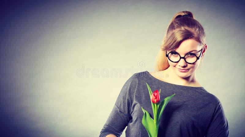 Piękno kobieta z tulipanowym kwiatem zdjęcie royalty free