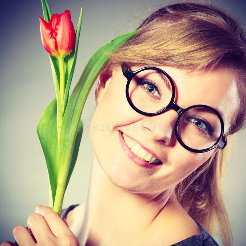 Piękno kobieta z tulipanowym kwiatem obrazy stock