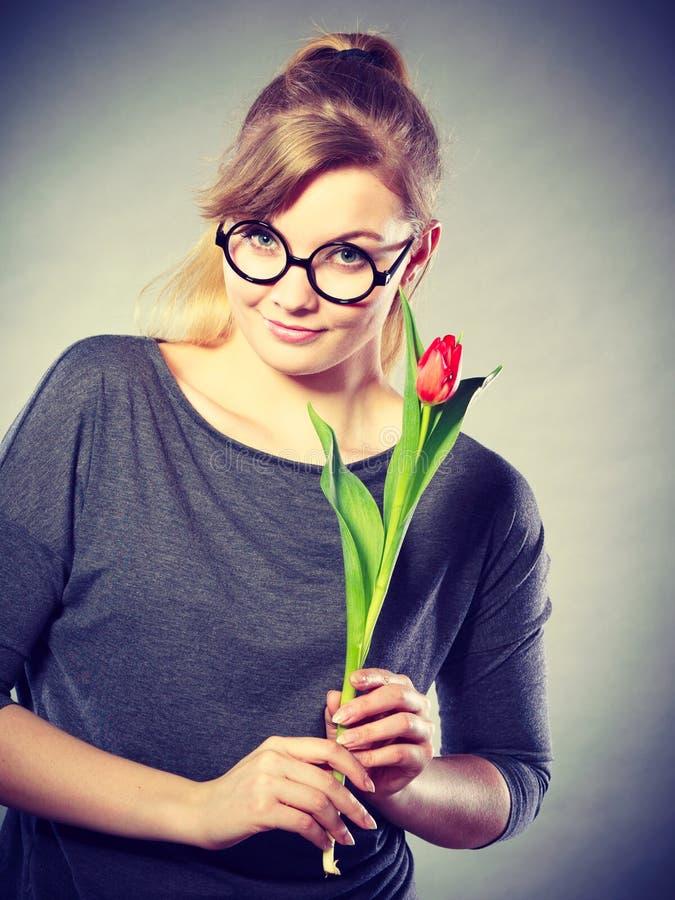 Piękno kobieta z tulipanowym kwiatem zdjęcie stock