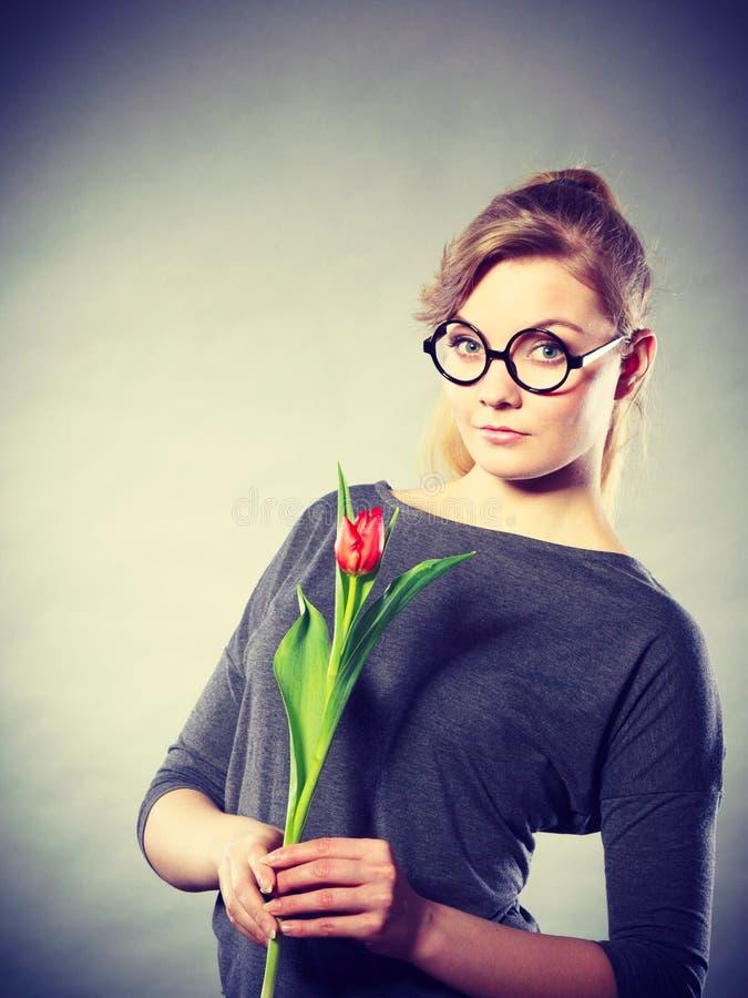 Piękno kobieta z tulipanowym kwiatem fotografia royalty free