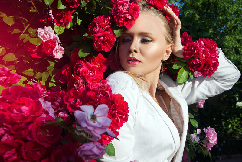 Piękno kobieta z wiązką wzrastał kwiaty zdjęcia royalty free