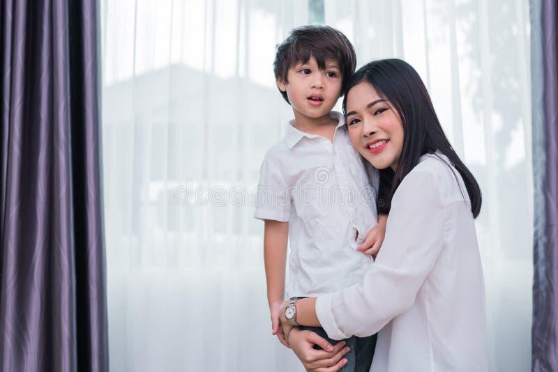 Piękno kobiety Azjatycki uściśnięcie i niesie jej syna Szczęśliwa rodzina i Domowy cukierki domu pojęcie Miłości i styl życia tem obrazy stock