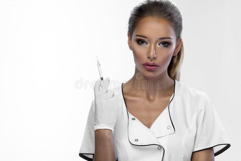 Piękno kobiety mienia strzykawka w ręce zdjęcie stock