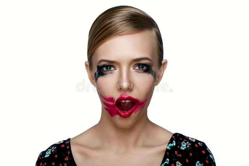 Piękno kobiety model z mażącą czerwoną pomadką na otwartym usta zdjęcia stock