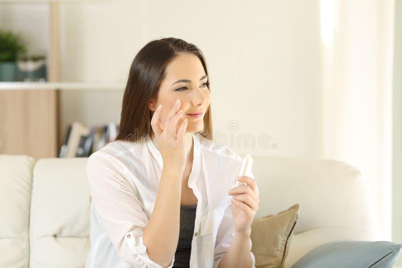 Piękno kobiety nawilżania twarzy skóra w domu obrazy royalty free